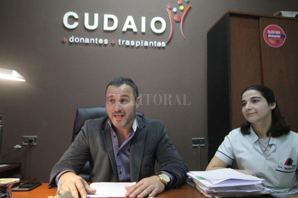 El director del Cudaio, Martín Cuestas, junto a la Dra. Antonela Bailardo, integrante del equipo de Procuración del hospital Cullen.  Crédito: El Litoral