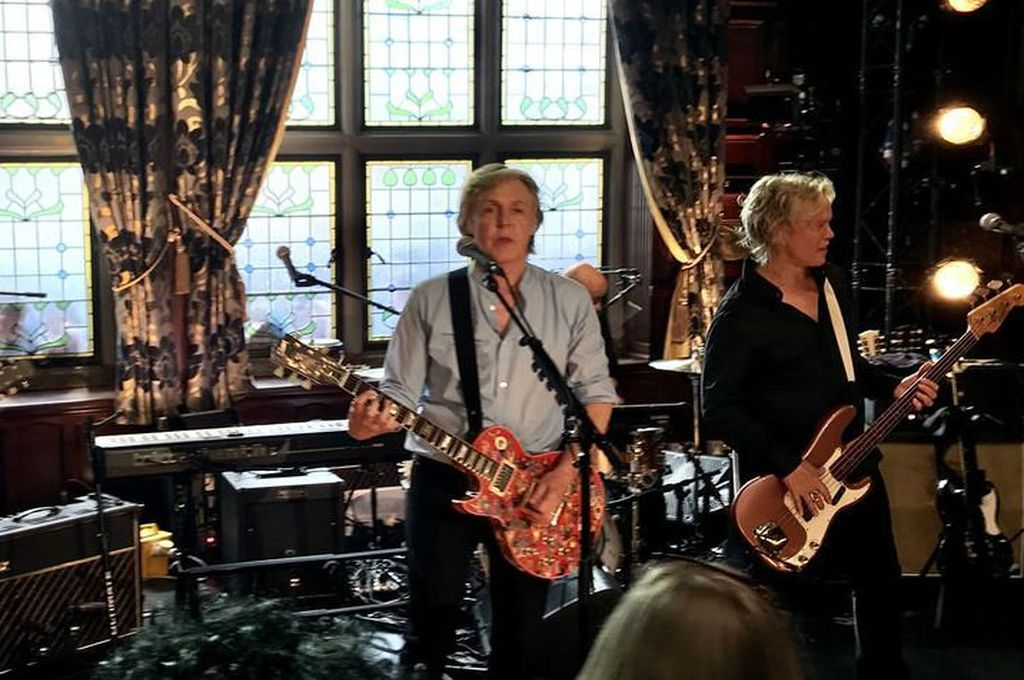 Paul McCartney ofrece concierto secreto en pub de Liverpool