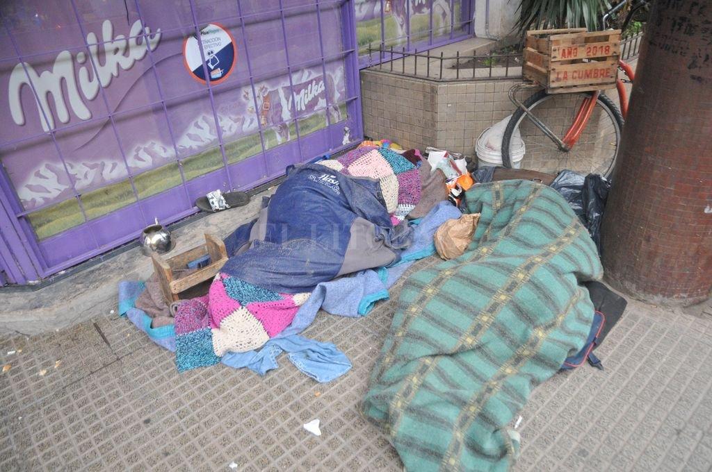 Con cero grado de temperatura mínima asisten a la gente en situación de calle