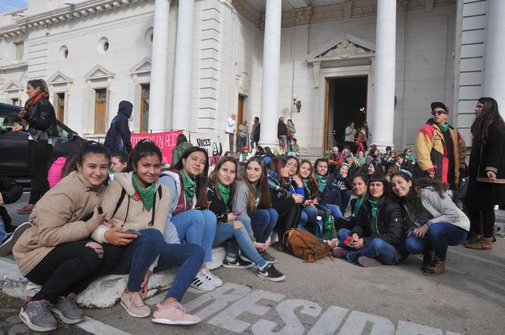 Estudiantes esperaron en las barras y en la explanada de la Legislatura el proyecto y saludaron la aprobación en forma coincidente con la despenalización del aborto. Crédito: Luis Cetraro