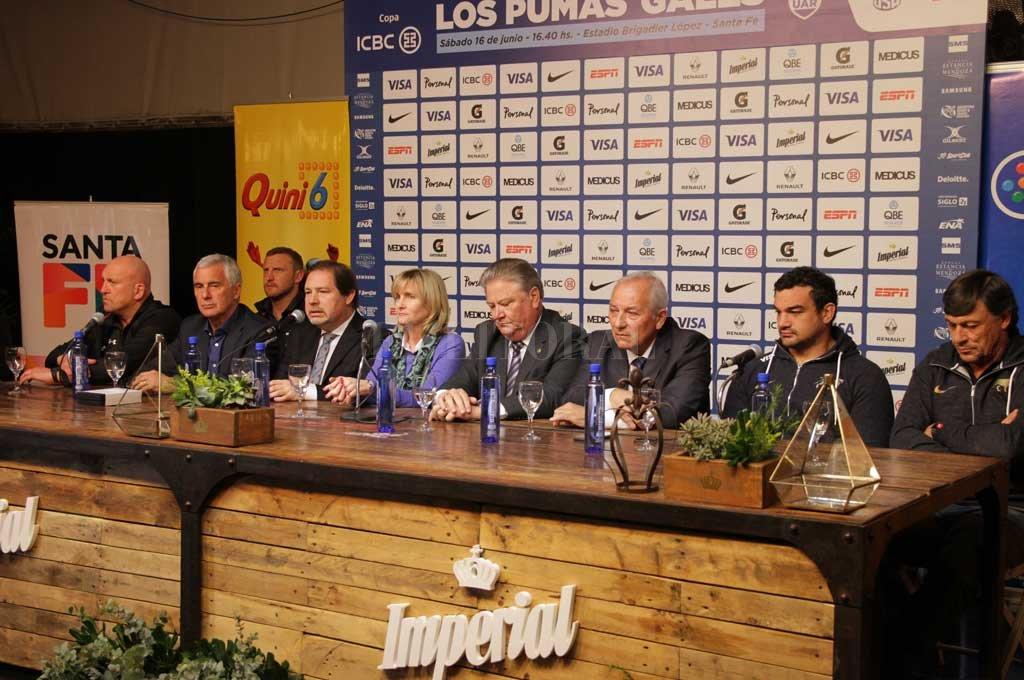 Los expositores. Representantes de ambos equipos, el head coach argentino, uno de los coaches y el titular de la Welsh Rugby Union, junto a dirigentes deportivos, el vicegobernador de la provincia y la funcionaria de la Municipalidad de Santa Fe, presidieron el encuentro.  <strong>Foto:</strong> Manuel Fabatía