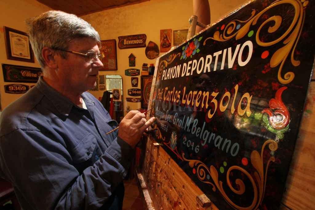 """""""Siempre traté de que Santa Fe y el interior estén bien representados"""", dijo el fileteador Oscar """"Peco"""" Pecorari.  Crédito: Archivo El Litoral / Mauricio Garín"""