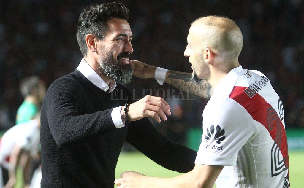 """Ahora, busca el """"2"""". No es que sea Pinola, que lo saluda antes de Colón-River, pero la idea es reemplazar a Conti con un jugador importante.  Crédito: Pablo Aguirre"""