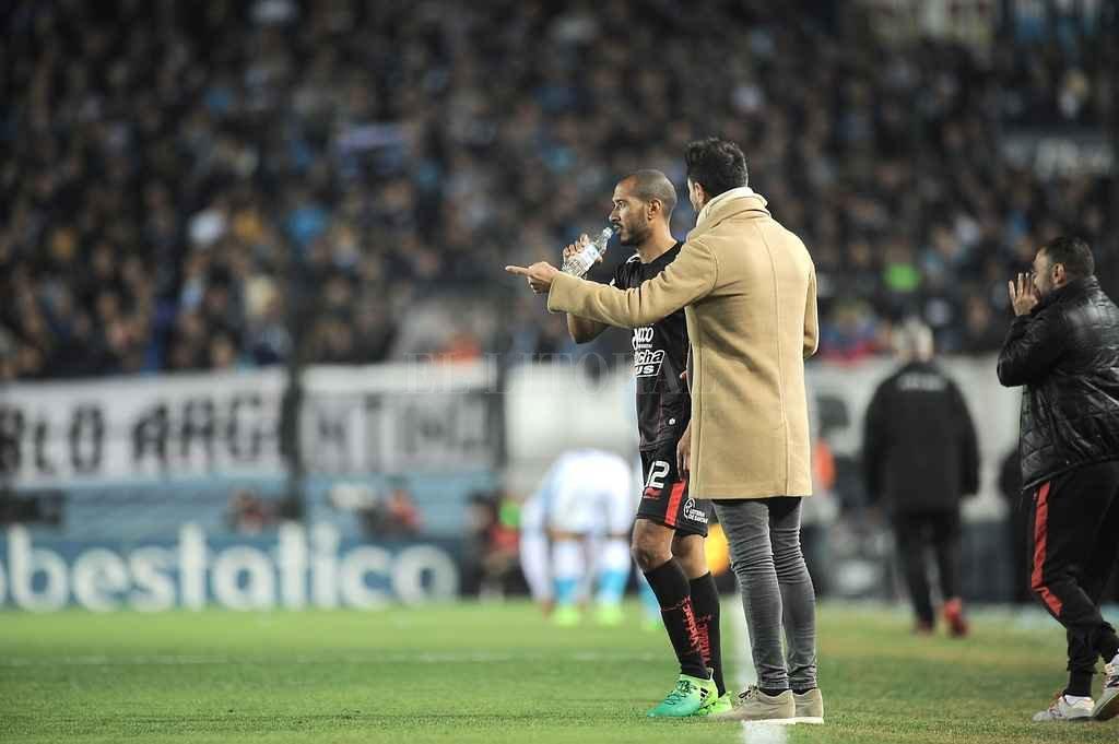 """Es uno del quinteto. Eduardo Domínguez le da indicaciones a Diego """"Viruta"""" Vera en medio de un partido. Por ahora, Colón no busca nada en el rubro """"ataque"""" porque está cubierto.  <strong>Foto:</strong> El Litoral"""