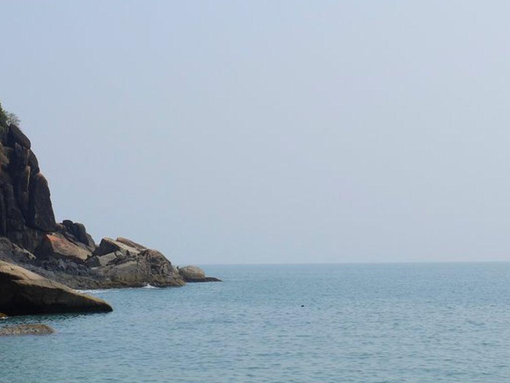 Un hombre que se encontraba de visita en las costas de Goa, en el sudoeste de la India, murió ahogado luego de ser arrastrado al mar por una enorme ola.  Crédito: Internet