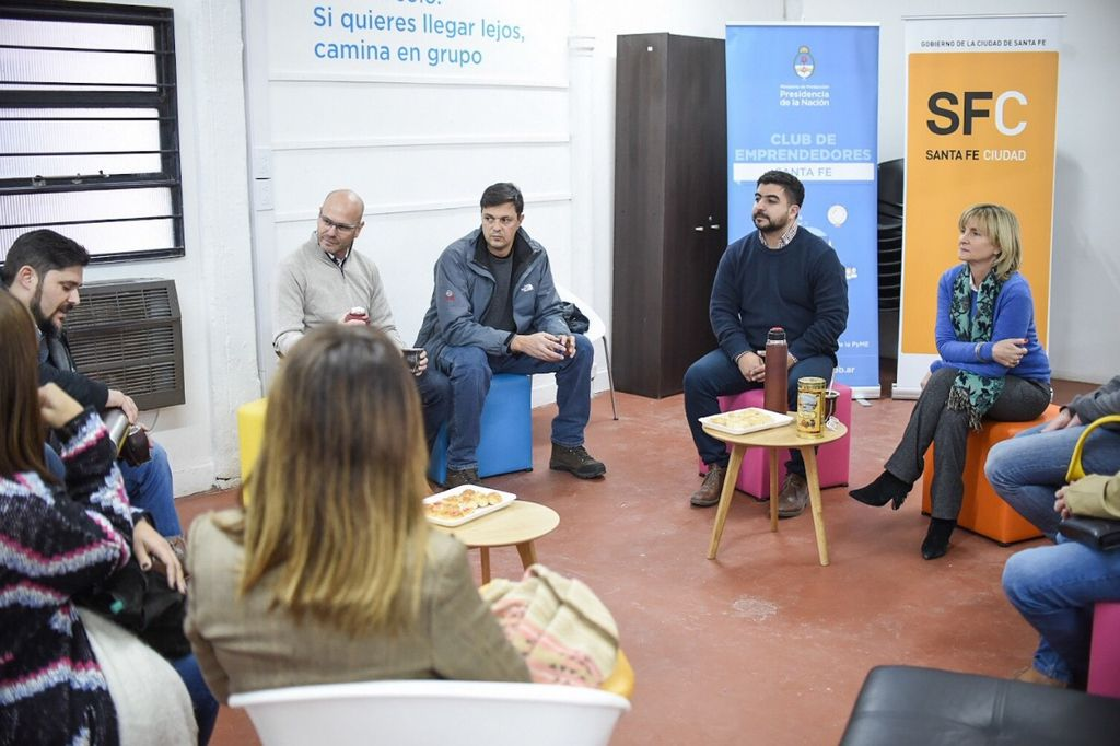 Andrea Valsagna, secretaria de Desarrollo Estratatégico y Resiliencia del municipio y Hernán Franco, subsecretario de Innovación y Emprendedores de la ciudad junto a emprendedores. Crédito: MCSF