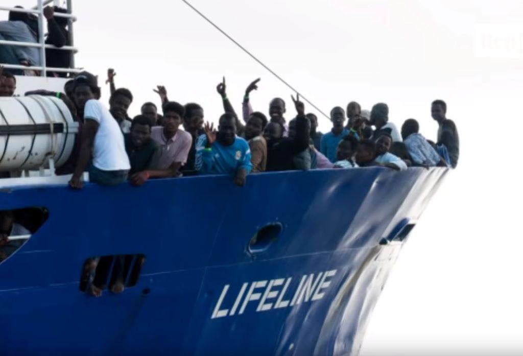 Los 230 migrantes a bordo. Crédito: YouTube