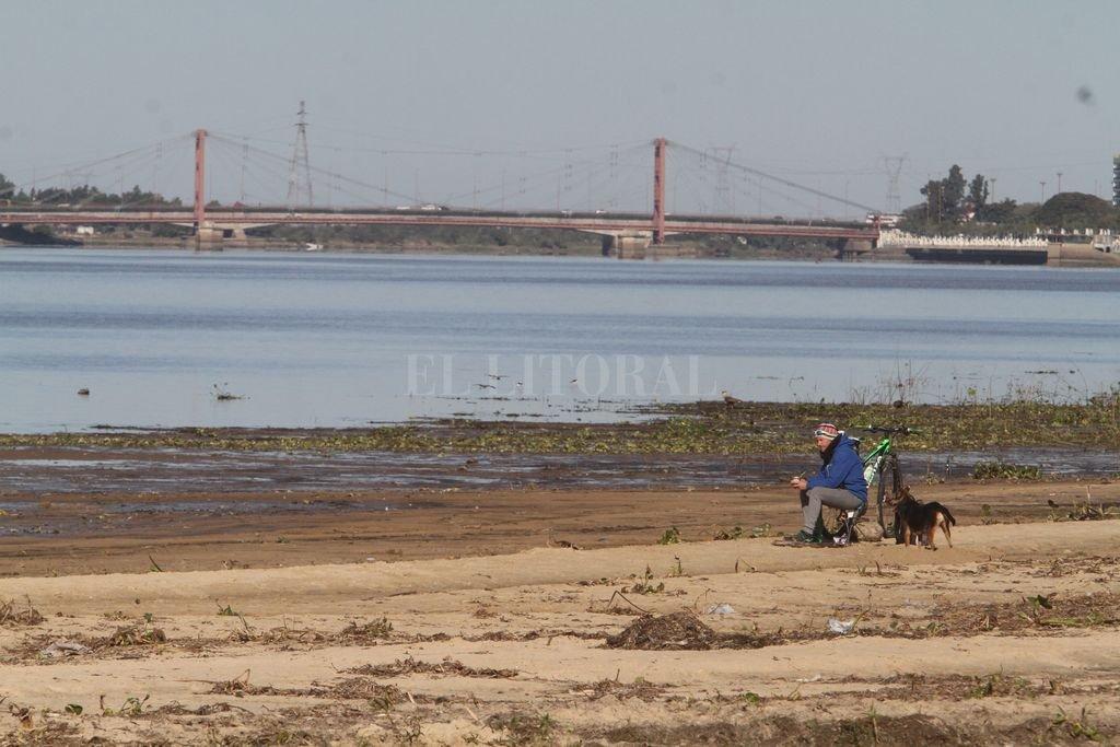 En la costanera, la laguna se hizo más angosta y la zona de playa (y barro) creció. Crédito: Mauricio Garín