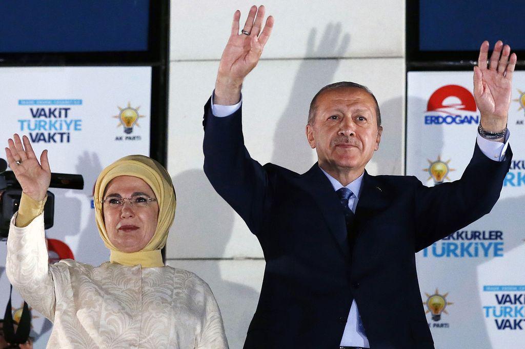 El presidente de Turquía, Recep Tayyip Erdogan (d), acompañado de su esposa, saluda a sus simpatizantes frente a la sede del Partido de Justicia y Desarrollo, en Ankara, Turquía, el 25 de junio de 2018. El presidente turco, Recep Tayyip Erdogan, y su alianza ganaron el domingo las elecciones presidenciales y parlamentarias de Turquía, anunció el lunes la agencia Anadolu. <strong>Foto:</strong> Archivo