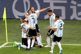 Argentina ganó sobre el final y está en octavos de final