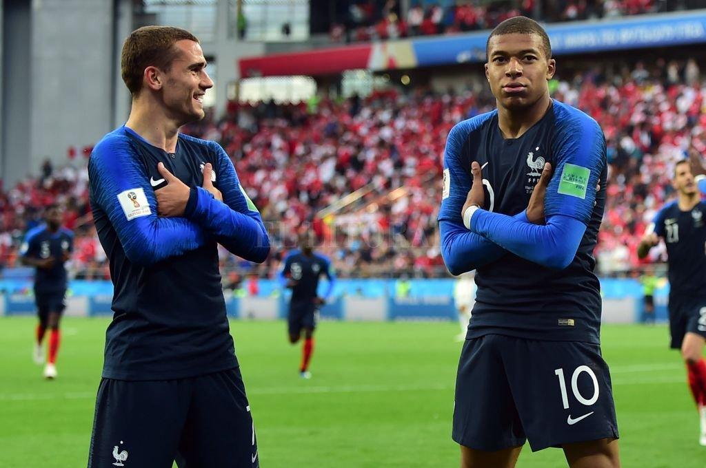 Crédito: Griezmann y Mbappé festejando un gol frente a Perú.