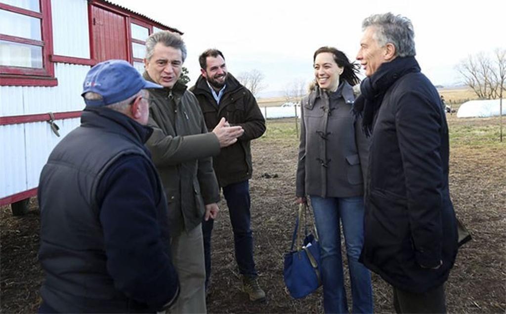 Macri, Vidal y Etchevehere, en diálogo con un chacarero, en Tandil. <strong>Foto:</strong> Gentileza