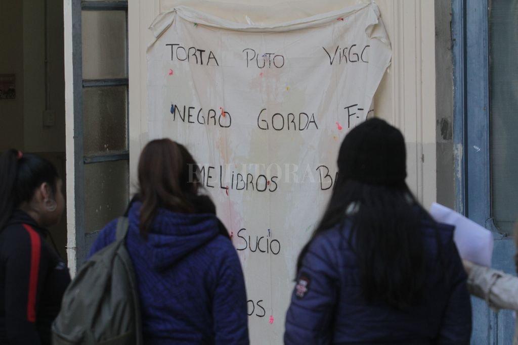 Panel. En la escuela Bustos, los alumnos escribieron las palabras con las que se identifican como víctimas de bullying y las expusieron ante todos. Cada uno eligió la suya. <strong>Foto:</strong> Mauricio Garín.