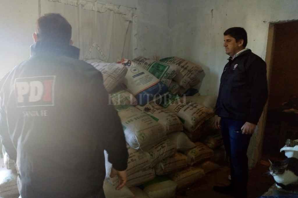 El jefe de la PDI, comisario Martín Musuruana, con parte de los secuestrado este lunes en Santa Rosa de Lima <strong>Foto:</strong> El Litoral