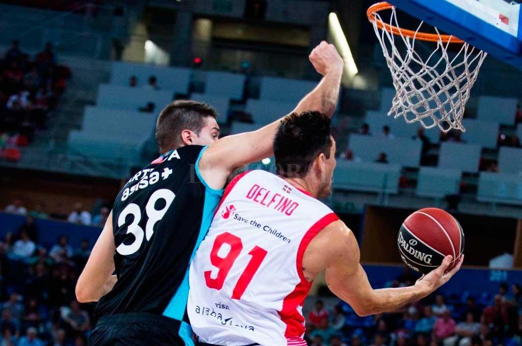Uno de los partidos que disputó Delfino en España, para Baskonia <strong>Foto:</strong> Archivo El Litoral