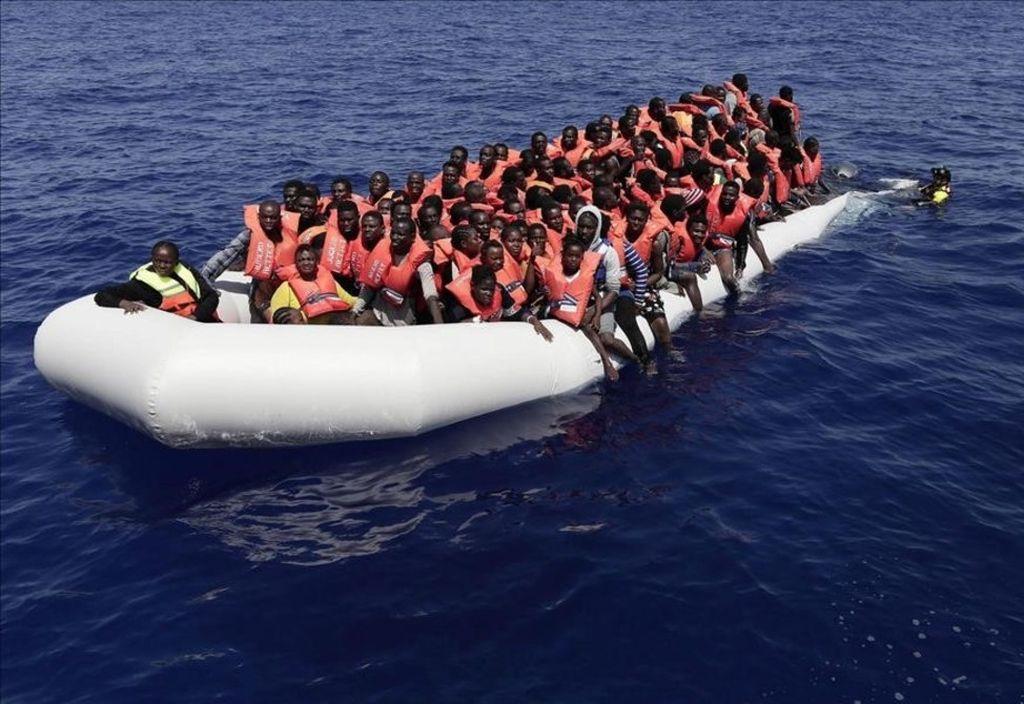 Migrantes a la deriva en el Mediterráneo. Crédito: Internet