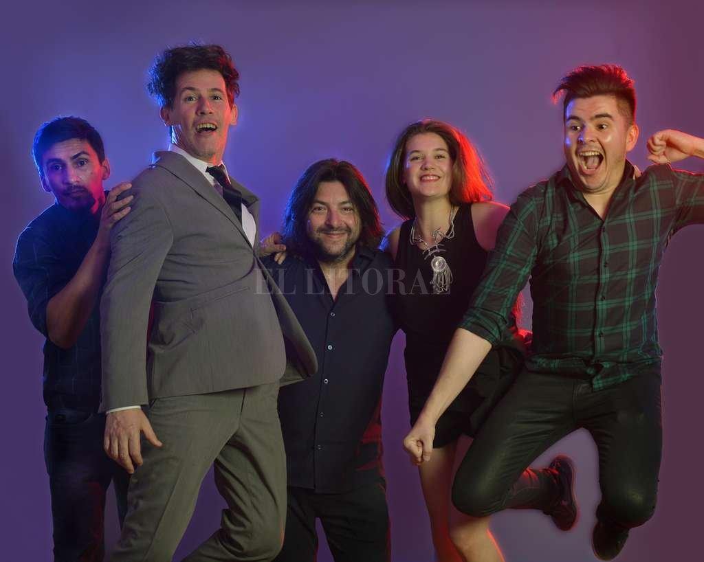 "Ricardo Ramírez (batería), Diego Arenales (voz), Cristian ""Matt Hungo"" Deicas (guitarra), María Gracia Troncoso (voz) y Lez Valdez (teclados). <strong>Foto:</strong> Gentileza producción"