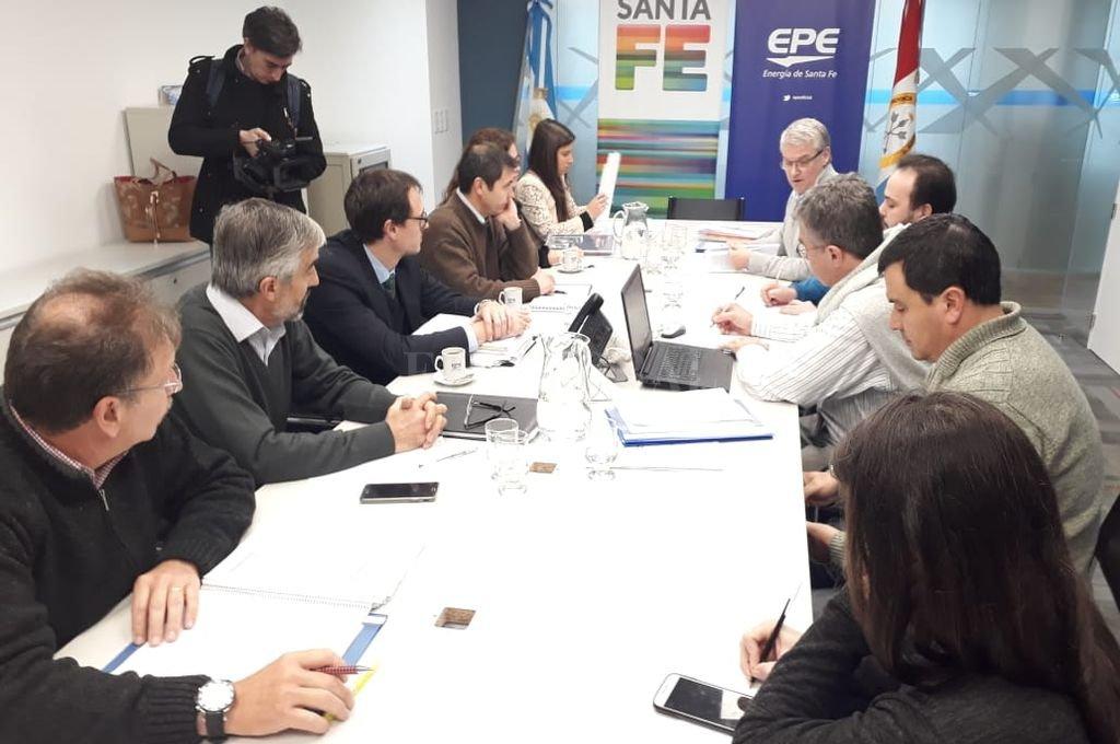 Los representantes de la empresa, del municipio y del Deliberativo santafesino, durante la reunión técnica de este miércoles por la tarde. <strong>Foto:</strong> Gentileza EPE