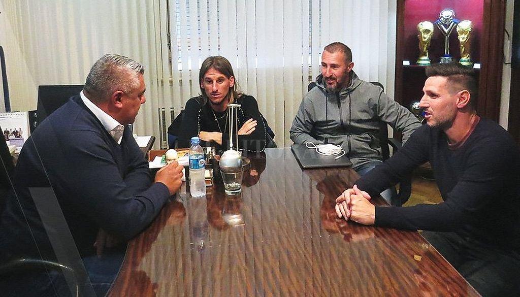 Tapia junto a los tres ahora exintegrantes del cuerpo técnico de Sampaoli. <strong>Foto:</strong> Twitter AFA