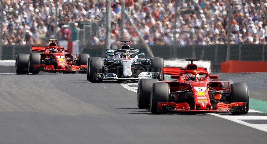 Así subieron al podio: 1° Vettel (Ferrari), 2° Hamilton (Mercedes) y 3° Raikkonen (Ferrari). <strong>Foto:</strong> DPA