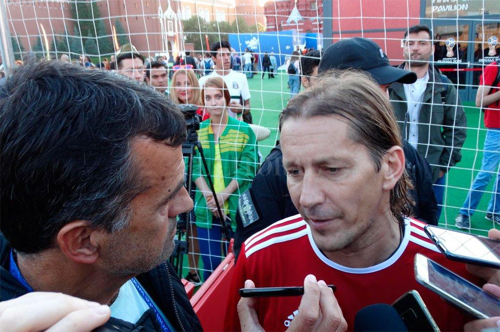 """Michel Salgado y su charla con El Litoral en pleno centro de Moscú. En varias ocasiones repitió esta frase: """"Ustedes, los argentinos, son muy injustos con Messi"""". <strong>Foto:</strong> El Litoral"""