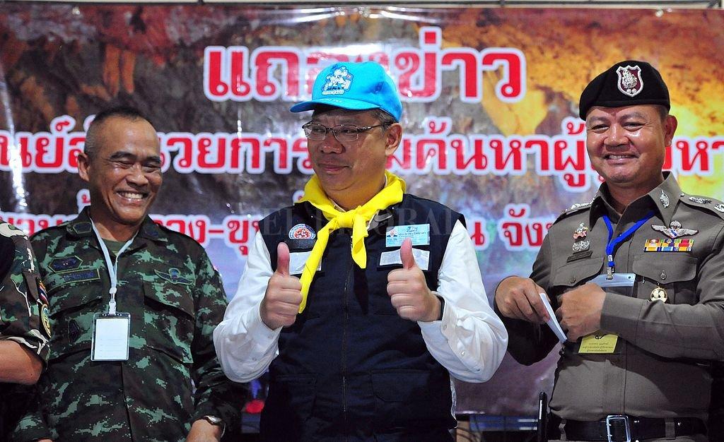 Narongsak Osatanakorn, líder del centro de comando conjuto que coordinó la operación de rescate, durante una conferencia de prensa. Crédito: Xinhua