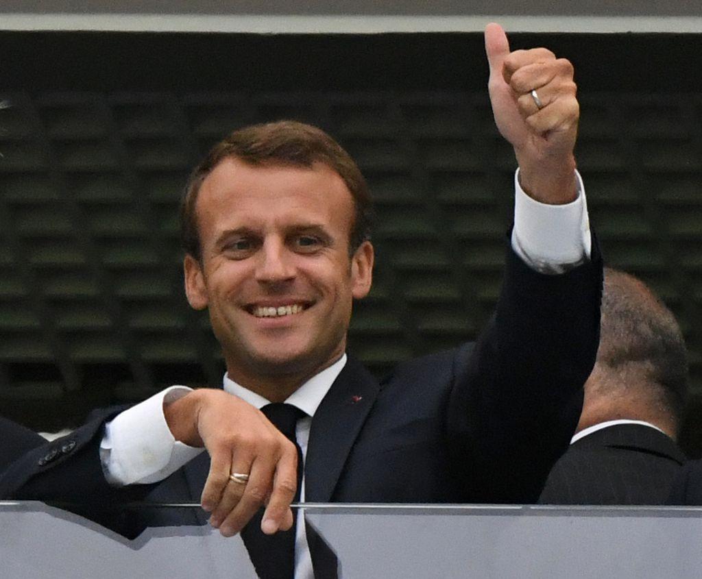Emmanuel Macron, presidente de Francia alentando a la Selección francesa de fútbol desde un palco. Crédito: dpa