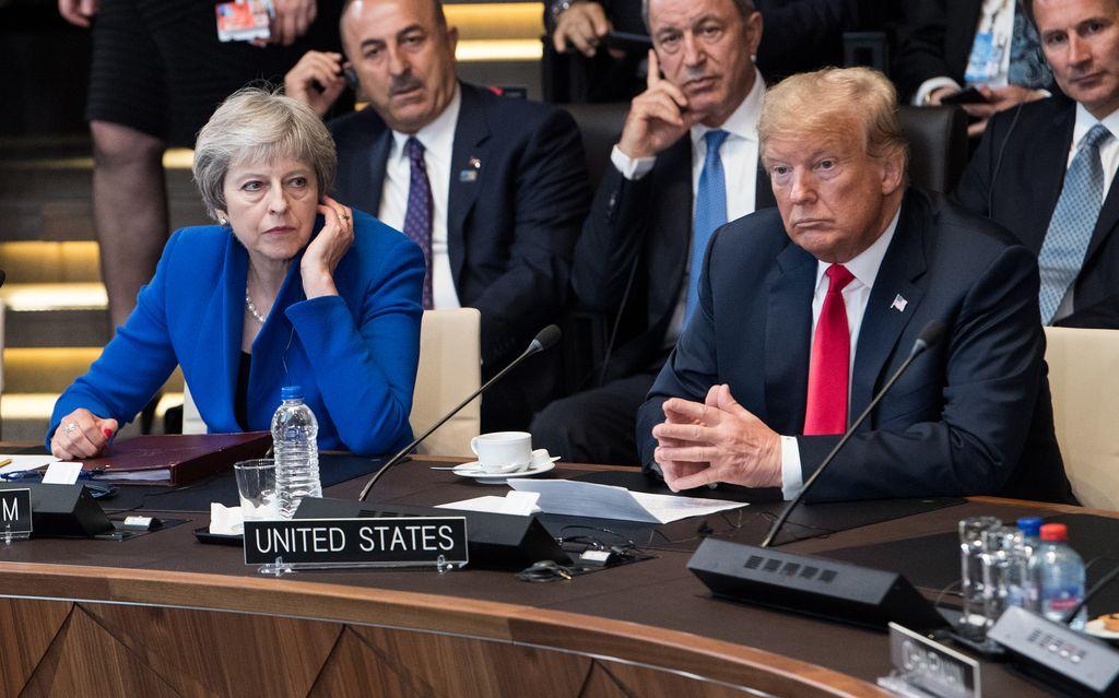 La primera minsistra de Reino Unido, Theresa May, y el presidente de Estados Unidos, Donald Trump, participan el 11/07/2018 en Bruselas, Bélgica, en la cumbre de la OTAN. <strong>Foto:</strong> dpa