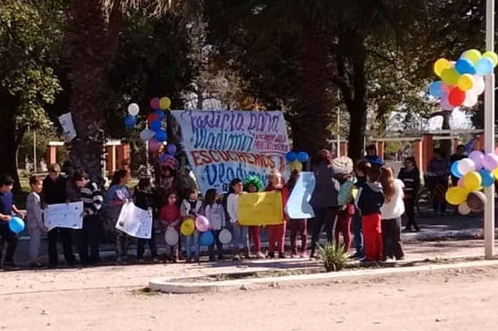 El pueblo aplaudió y coreó su nombre este jueves por la mañana, cuando el niño de 8 años regresó con su padre. <strong>Foto:</strong> Periodismo Ciudadano