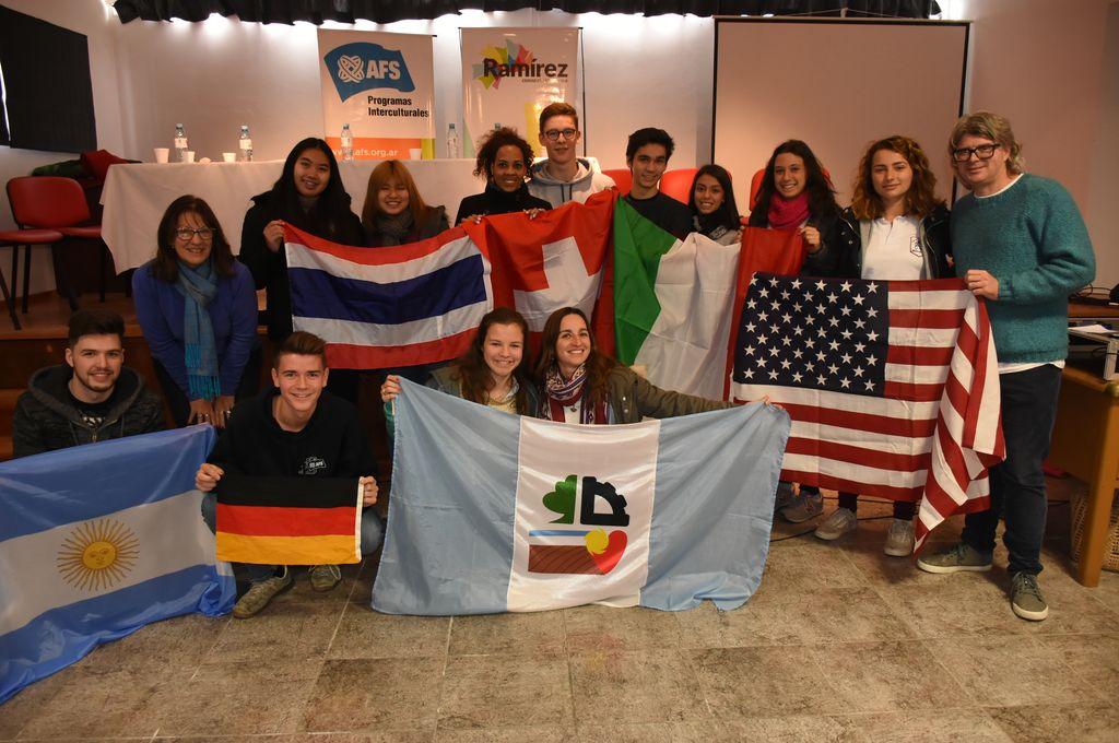 Los jóvenes con las banderas de sus respectivos países. <strong>Foto:</strong> Municipalidad de General Ramírez