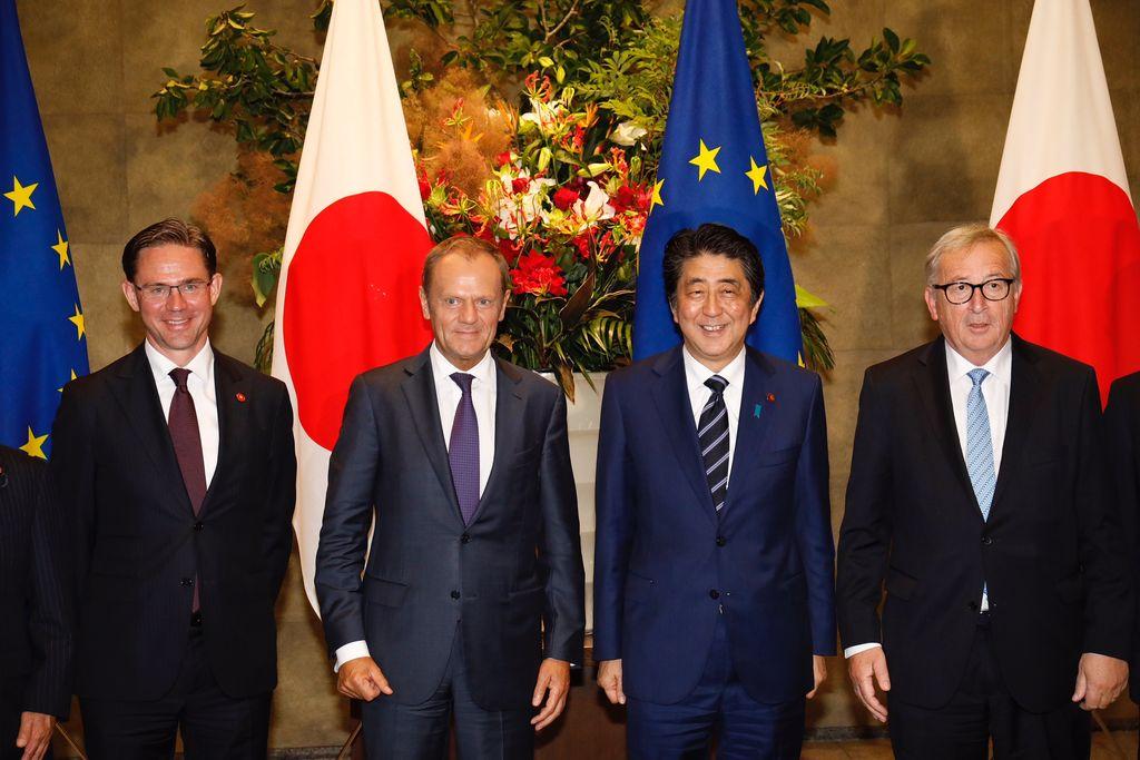 De izquierda a derecha, el vicepresidente de la Comisión Europea, Jyrki Katainen, el presidente del Consejo Europeo, Donald Tusk, el primer ministro japonés, Shinzo Abe, y el presidente de la Comisión Europea, Jean-Claude Juncker, el 17/07/2018 en Tokio, Japón. La Unión Europea (UE) firmó el 17/07/2018 con Japón su mayor acuerdo de libre comercio hasta el momento, informaron hoy en Tokio el primer ministro japonés, Shinzo Abe, así como el presidente del Consejo Europeo, Donald Tusk, y el presidente de la Comisión Europea, Jean-Claude Juncker.  <strong>Foto:</strong> dpa