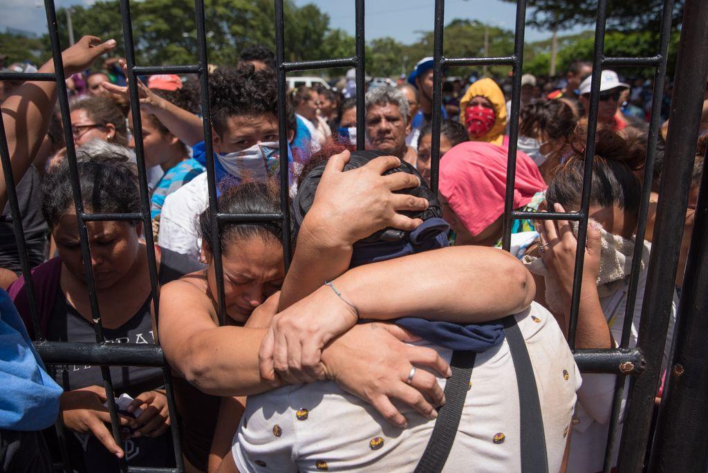 Un estudiante abraza a su familia al llegar el 14/07/2018 a la Catedral de Managua, Nicaragua. Unas 200 personas, entre estudiantes, periodistas y religiosos, llegaron a la Catedral acompañados porobispos y el nuncio apostólico en Nicaragua, Waldemar Sommertag, tras abandonarla iglesia en la que se encontrabansitiados por paramilitares,informaron medios de prensa.  Crédito: dpa