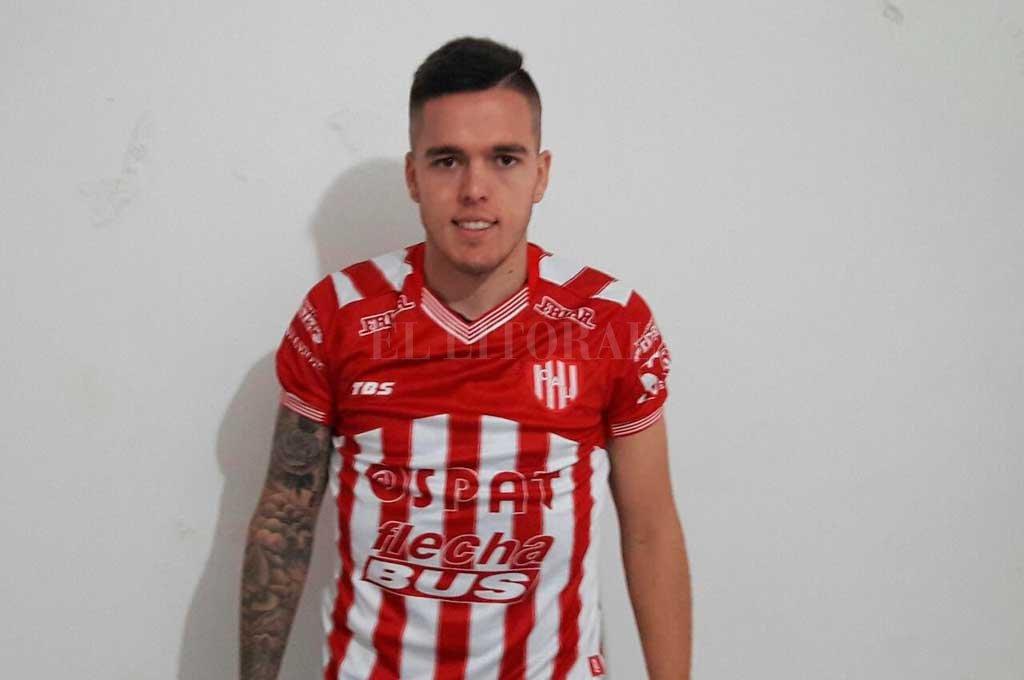 Franco Troyansky posó con la camiseta rojiblanca, ya realizó su primer entrenamiento y se presentó ante el pueblo tatengue. Crédito: Prensa Club Atlético Unión