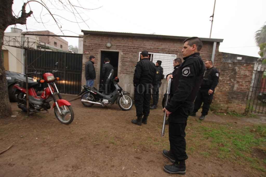 Gran cantidad de uniformados arribó a la zona de Llerena al 3900 donde se aprehendió a dos individuos. <strong>Foto:</strong> Guillermo Di Salvatore