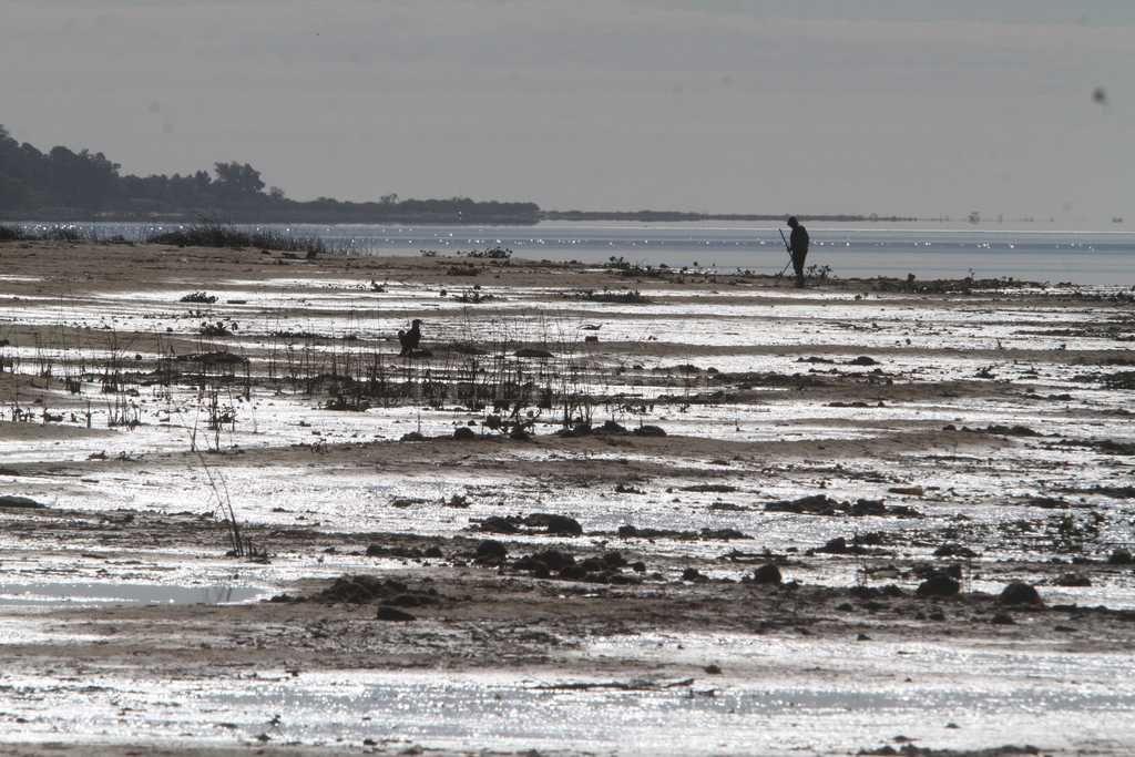 """Costa """"infinita"""". El descenso de la laguna y los ríos, cambiaron las postales costeras cerca de la ciudad. Crédito: Mauricio Garin"""