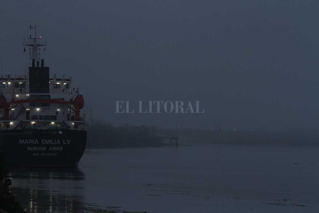 Sin problemas. Los barcos de gran porte no tienen complicada la navegación por el canal de acceso al Puerto Santa Fe. Crédito: Manuel Fabatia