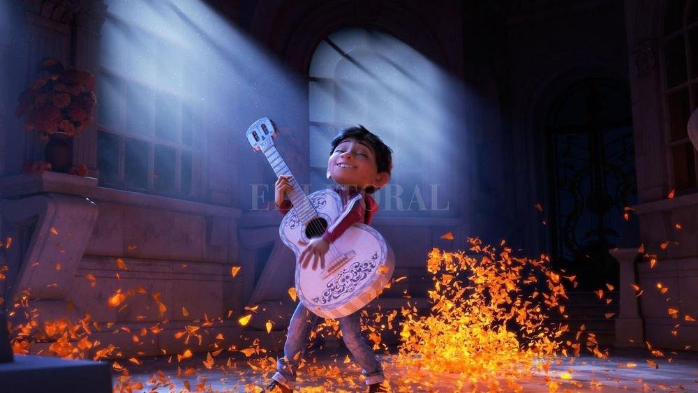 """""""Coco"""" cuenta la historia de Miguel, un niño que en un viaje a la Tierra de los Muertos descubrirá por qué su familia no lo deja ser músico. Gentileza Cablevisión"""