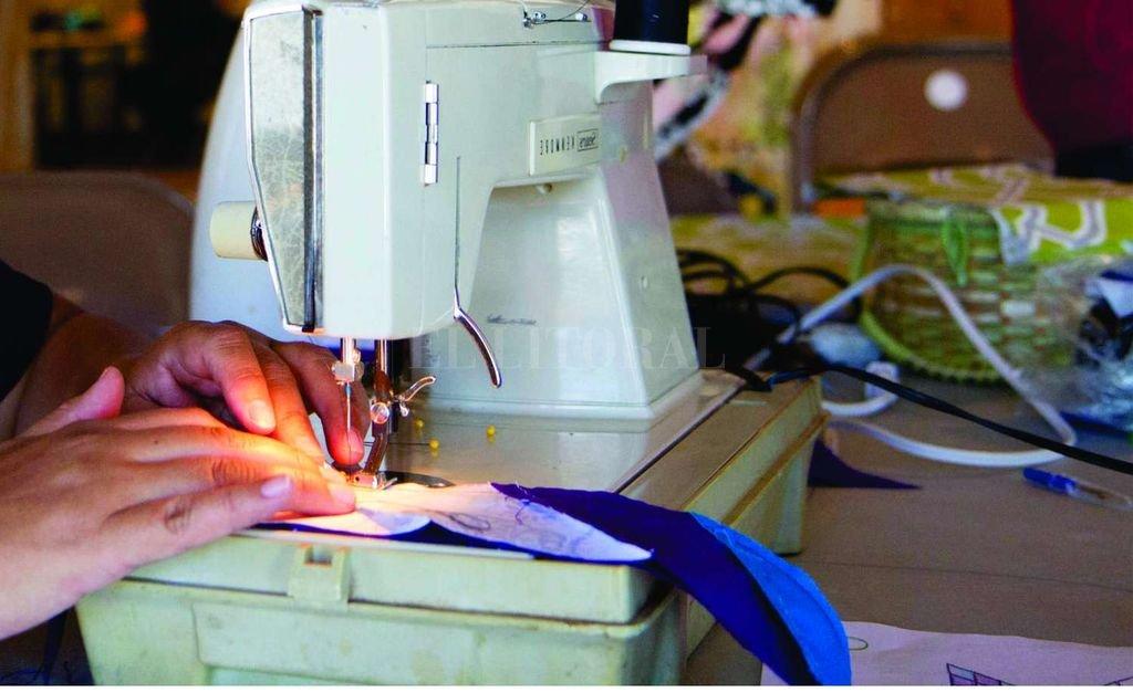 Desde confección de indumentaria hasta cuidado de niños y niñas y adultos mayores, las capacitaciones se desarrollan en 47 localidades santafesinas. <strong>Foto:</strong> Archivo