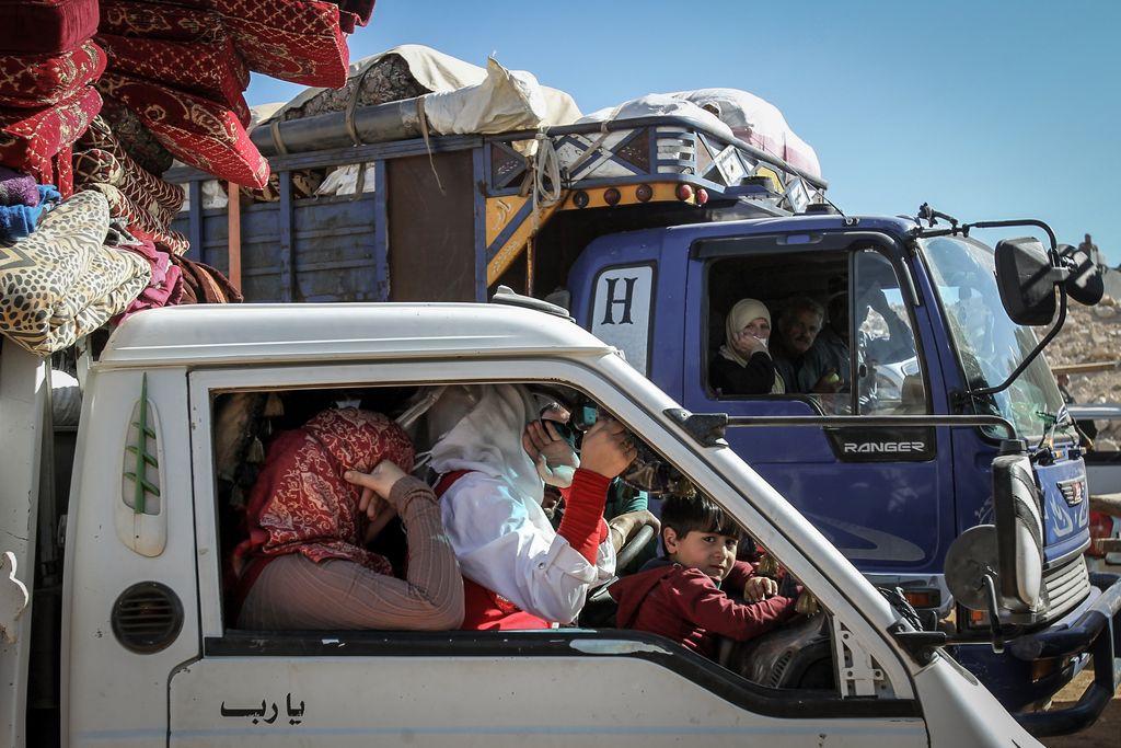 Refugiados sirios parten en camiones cargados de pertenencias desde un campamento de Arsal, en el Líbano, con rumbo hacia Siria el 23/07/2018. Más de 800 refugiados sirios regresaron a su país en un convoy que cruzó la frontera. En el pueblo libanés viven en campamentos informales unos 40.000 refugiados. dpa