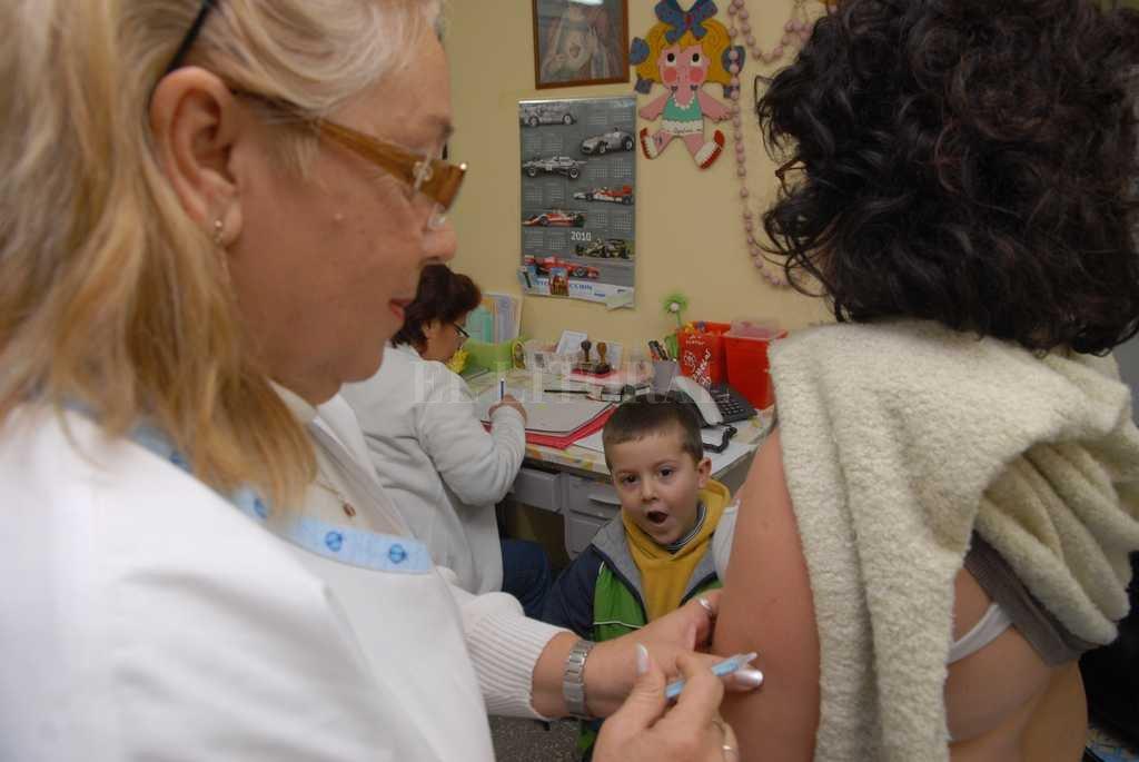 Desde el Ministerio de Salud aseguraron que hay vacunas en todos los efectores de la provincia para prevenir brotes del virus, y que no hay problema de abastecimiento.  Crédito: Archivo / Luis Cetraro