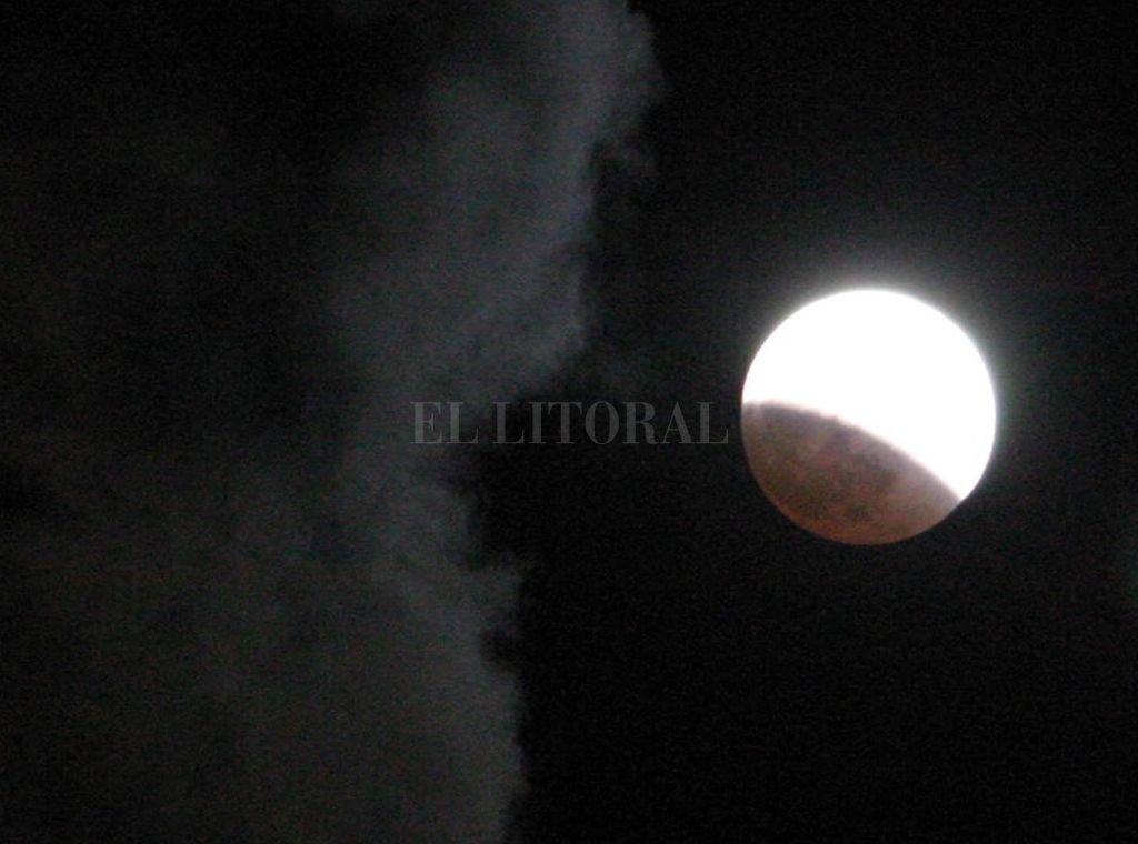 La luna cubierta por la sombra de la Tierra durante el eclipse lunar del miércoles 27 de octubre de 2004. Así se vio desde Florida, en Estados Unidos. Crédito: Archivo El Litoral