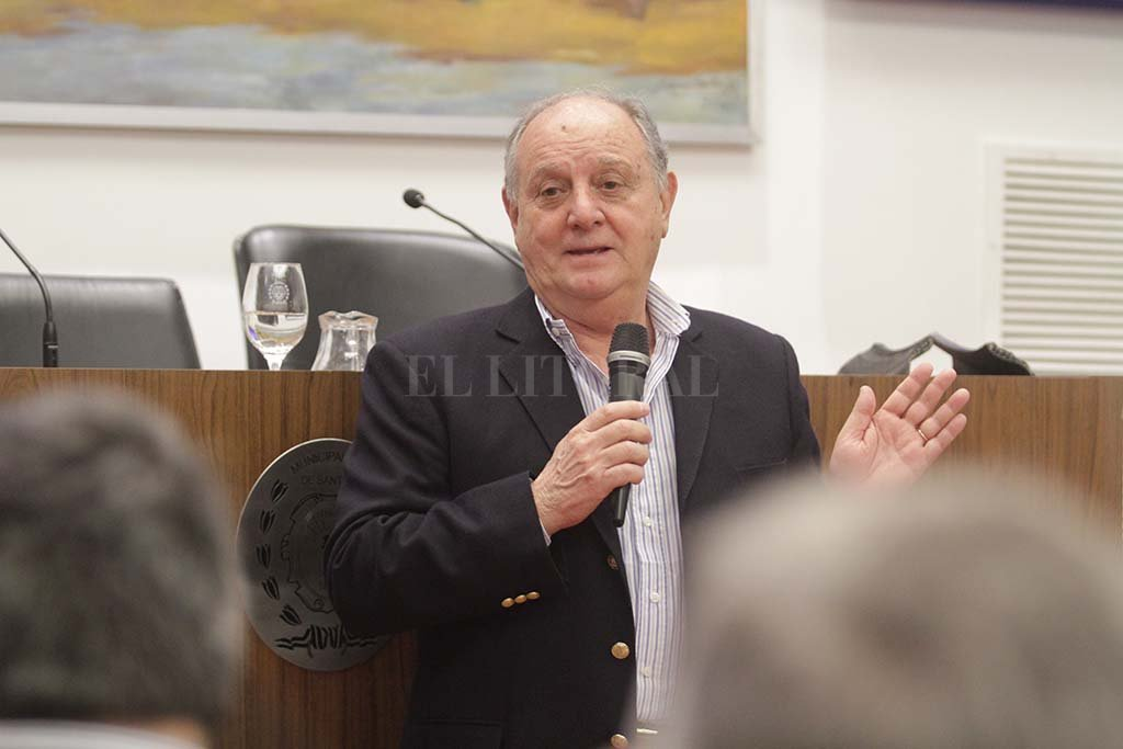 El ex piloto disertó en el recinto del Concejo Municipal, invitado por la concesionaria Bieler. <strong>Foto:</strong> Pablo Aguirre.