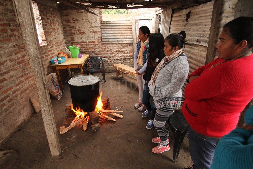 El plato fuerte. Dos veces a la semana, a fuego medio y en la olla, el guiso se cocina en una hora. Las mujeres son quienes reparten estas guarniciones para más de 100 personas.  <strong>Foto:</strong> Mauricio Garín