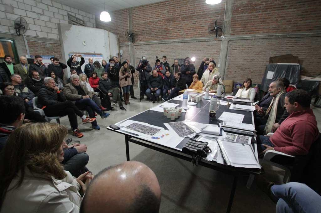 El encuentro se realizó en la sede de la vecinal, Marcial Candioti al 2900. Una buena cantidad de vecinos se acercó a escuchar y participar. <strong>Foto:</strong> Pablo Aguirre