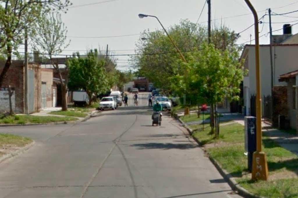 El violento episodio tuvo lugar sobre calle Marcial Candioti al 7000, detrás del Polideportivo de Av. Galicia <strong>Foto:</strong> Captura de Pantalla - Google Street View