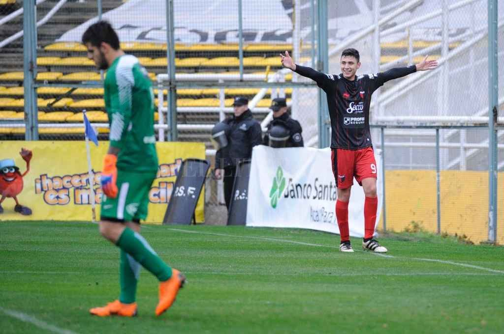 Tomás Sandoval festeja su gol de penal ante Rosario Central por Copa Santa Fe. Ahora, Domínguez parece tenerlo más en cuenta y viaja a San Pablo. Crédito: Marcelo Manera