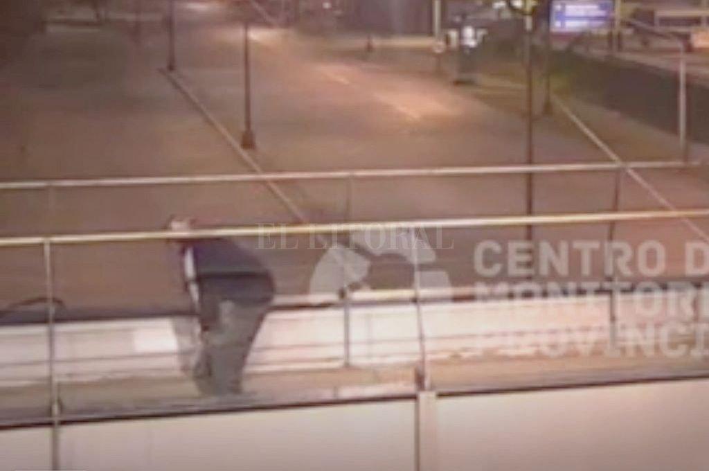 El sujeto espiaba desde el puente peatonal (sobre avenida 27 de Febrero) la estación de servicio que había asaltado. Crédito: Captura digital