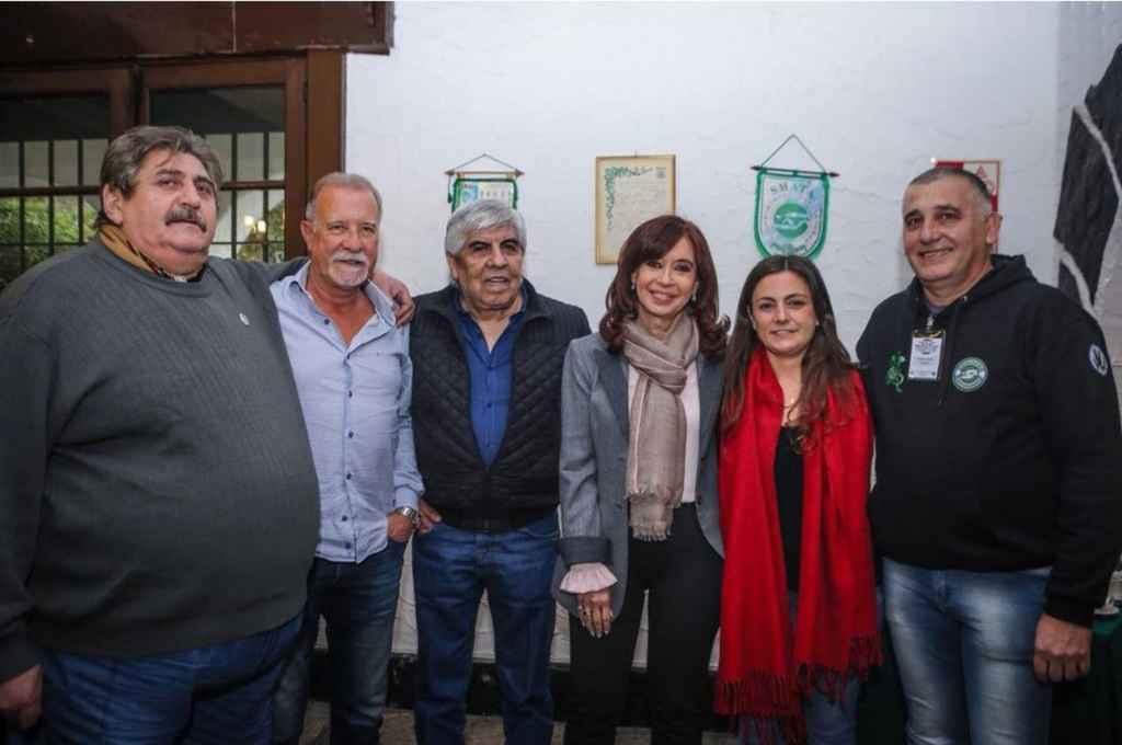 La senadora bonaerense posó con dirigentes sindicales como Pignanelli (Smata), Plaini (Canillitas), Moyano (Camioneros), Siley (Judiciales y diputada) y Manrique (Smata) <strong>Foto:</strong> Clarín