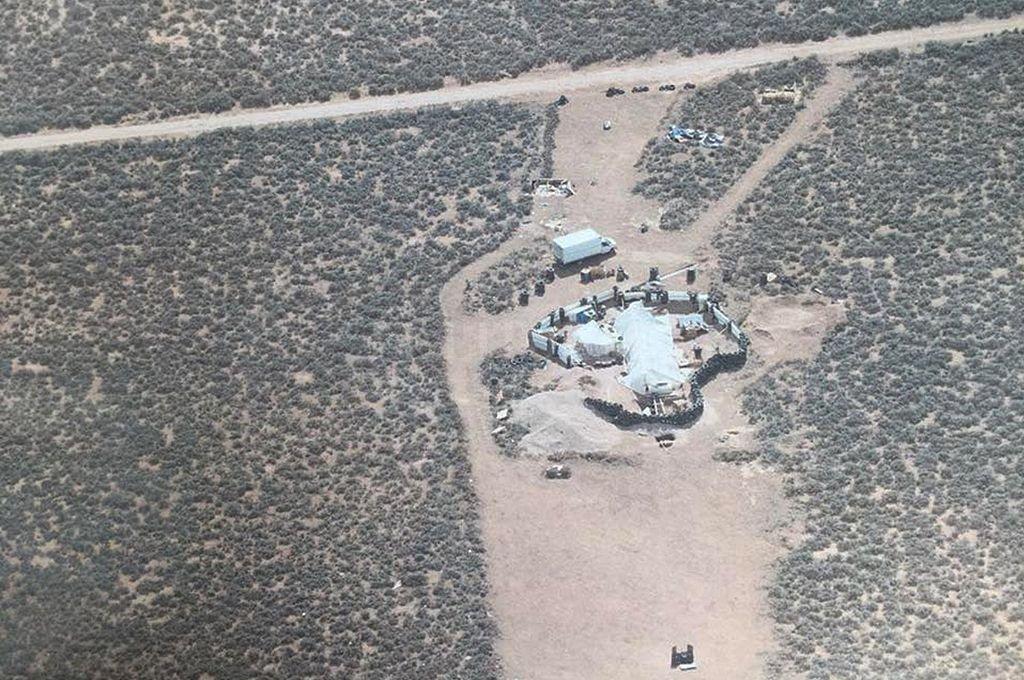 En este lugar, en medio del desierto, dos hombres tenían un remolque semienterrado donde estaban encerrados los niños, sin electricidad, agua y mal alimentados. Captura digital