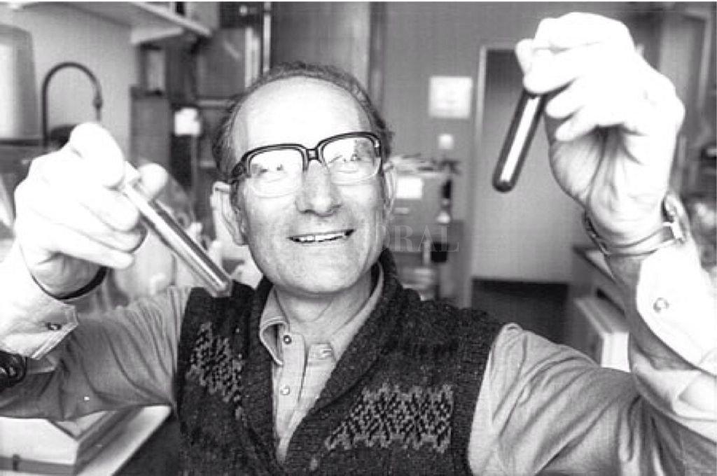 César Milstein emigró a Gran Bretaña, atraído por el ambiente estimulante de Cambridge. Allí ganó el Premio Nobel de Medicina en 1984 por haber ideado los anticuerpos monoclonales. La de Milstein fue una muy seria emigración calificada.